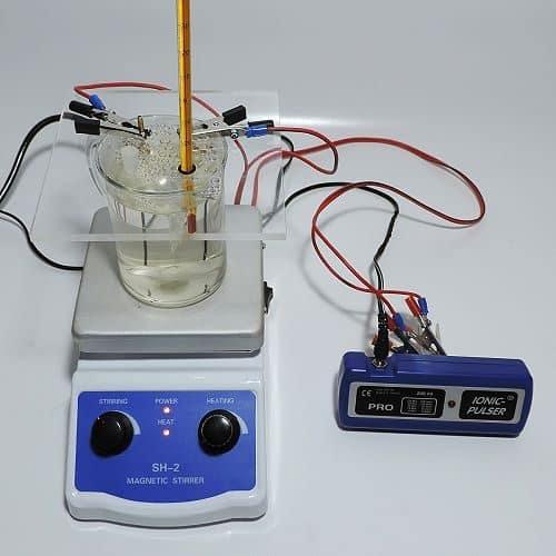 Goldelektroden in Adapterplatte eingespannt und mit Silbergenerator verbunden