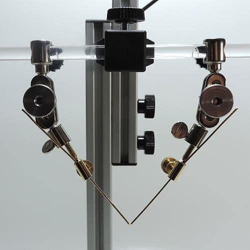 8 cm Goldelektroden im Elektrodenadapter eingespannt