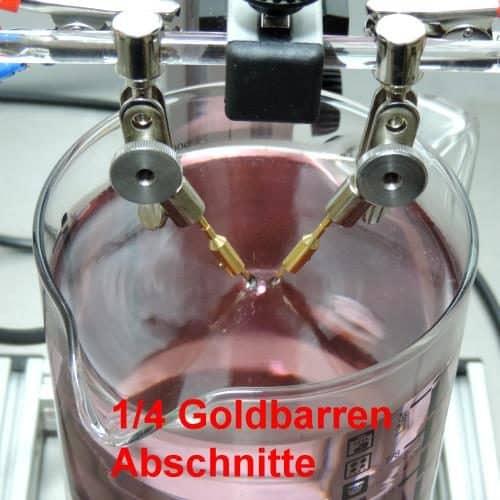 zwei 1/4 Goldbarrenabschnitte im Elektroden-Adapter eingespannt