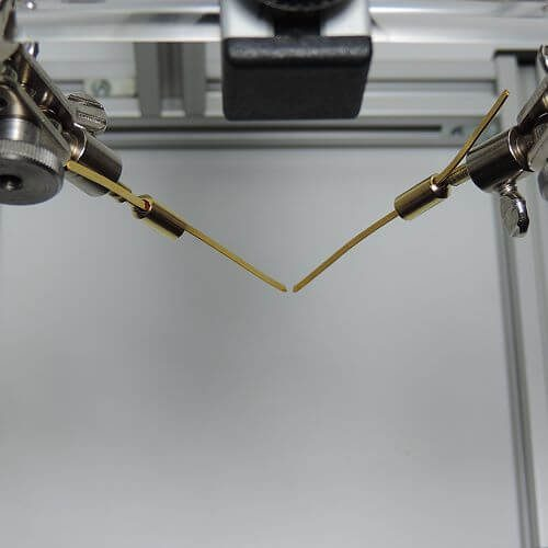 Gold-Flachelektroden in Elektrodenadapter eingespannt