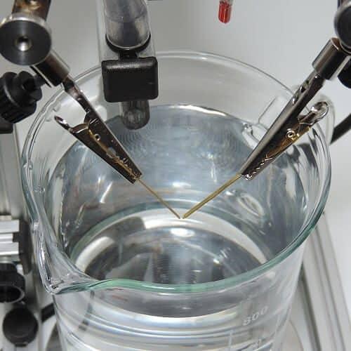 lange Elektroden in Krokodilklemmen eingespannt